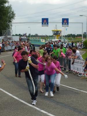Deelnemers trekken de pont over het Spui