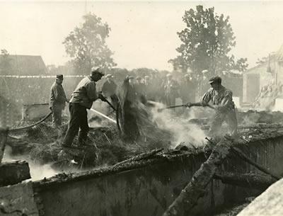 Historische foto van een vlasbrand in 's-Gravendeel