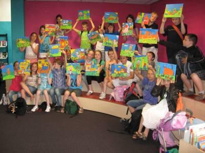 Groepsfoto kinderen met schilderijen