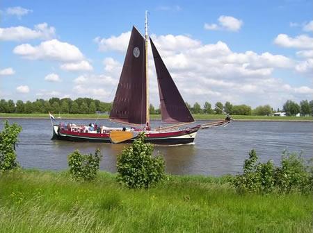 Zeilboot in Dordtse Kil bij 's-Gravendeel