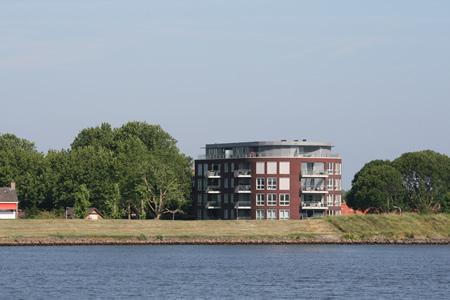 Appartementengebouw Oranjestraat gezien vanaf overkant Kil
