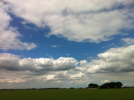 Wolkenlucht boven Eerste Kruisweg te 's-Gravendeel
