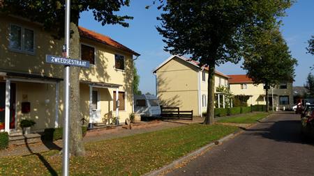 Zweedse woningen in buurtschap Schenkeldijk te 's-Gravendeel, geschonken door Zweden na watersnood