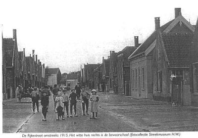 Rijkestraat in 's-Gravendeel met de bewaarschool
