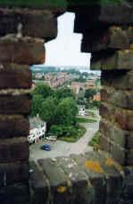 Kijkje door een van de openingen op de top van de watertoren in 's-Gravendeel