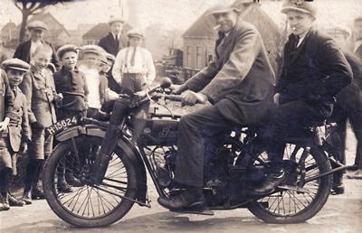 Motor met twee personen op de Strijensedijk - Schenkeltje