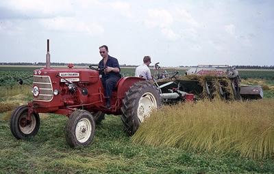 Machinaal vlas plukken bij C. den Boer