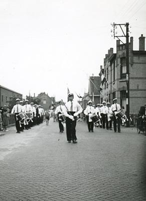 Muziekkorps Juliana op de Smidsweg 's-Gravendeel
