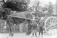 Paart en wagen met kinderen, herkent u deze foto?