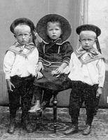 Drie kinderen met hoofddeksels, herkent u deze foto?