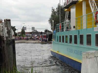 De pont met op de achtergrond de trekkers