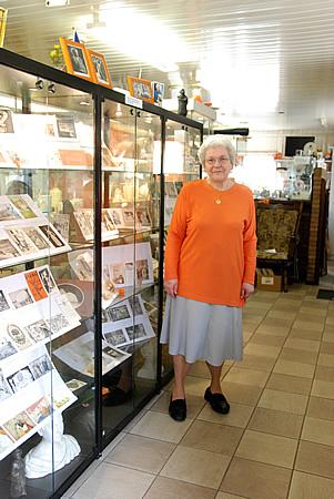 Mevrouw Joke van den Boogaard in het Oranjemuseum op koninginnedag 2009