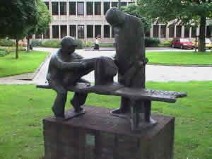 Kunstwerk vlasrepelende mannen in 's-Gravendeel